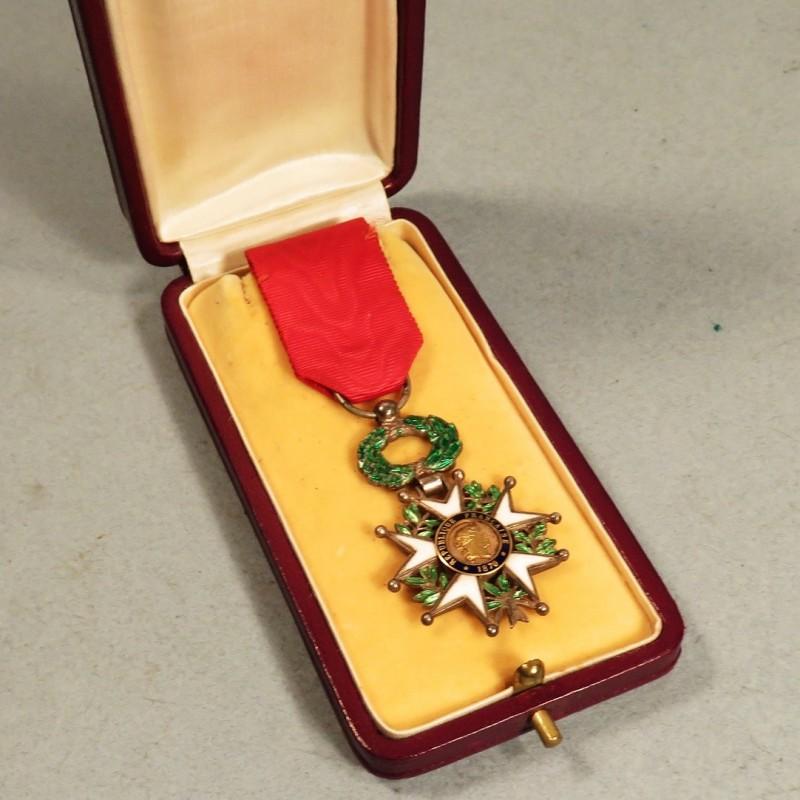 medaille demi taille de chevalier de l 39 ordre de la legion d 39 honneur 3 me republique en boite. Black Bedroom Furniture Sets. Home Design Ideas