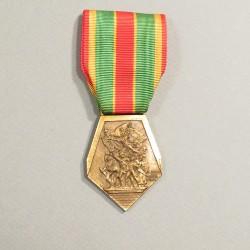 FRANCE MEDAILLE DES COMBATTANTS VOLONTAIRES F.N.C.V. 1914-1918 1939-1945 T.OE. ET DE LA RESISTANCE