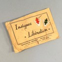 "ENSEMBLE DE DEUX INSIGNES PATRIOTIQUES EN ALUMINIUM DE LA FRANCE LIBRE ""V"" ET CROIX DE LORRAINE"