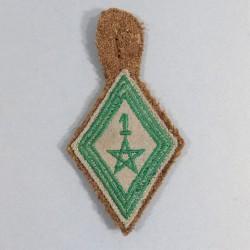 INSIGNE LOSANGE TISSU MODELE 1945 DU 1 er REGIMENT DE TIRAILLEURS MAROCAINS RTM MONTE SUR TISSU KAKI