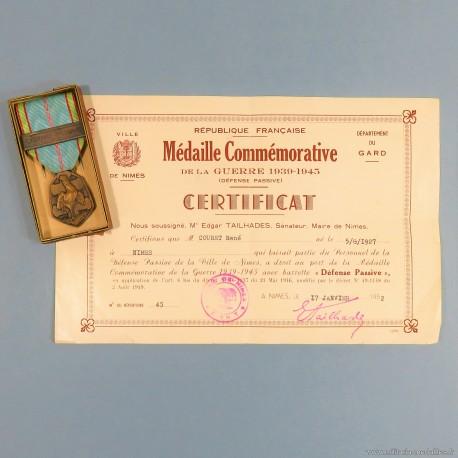 DIPLOME CERTIFICAT ET MEDAILLE COMMEMORATIVE GUERRE 1939-1945 AVEC BARRETTE DEFENSE PASSIVE