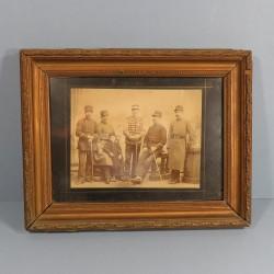 GRANDE PHOTO ENCADREE VERS 1900 D'UN FAMILLE DE MILITAIRES 21 CHASSEUR 11 HUSSARD ET 35 49 151 INFANTERIE DE LIGNE