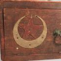CAISSE EN BOIS OU CAISSE DE CANTONNEMENT DU 8 eme REGIMENT DE TIRAILLEURS TUNISIENS 1914 OU 1939