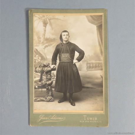 PHOTO CARTONNEE D'UN SOUS OFFICIER DES ZOUAVES REGIMENT DE TUNIS AFRIQUE 1900