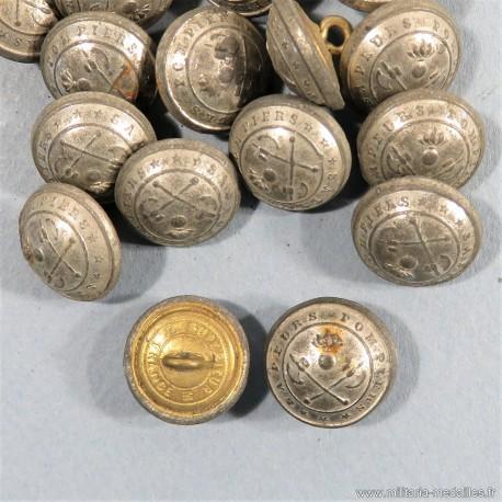 PETIT BOUTON SAPEURS POMPIERS AVEC HACHES CROISEES ET GRENADE 1.6 cm COULEUR ARGENT EPOQUE 1850-1915 FAB. SUP. FRANCE