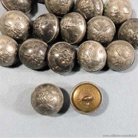 BOUTON SAPEURS POMPIERS DEMI-GRELOT AU BUCHER COULEUR ARGENT DIAMETRE 2.1 cm EPOQUE 1850-1915 FAB. BIOLETTI FRERES LYON