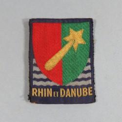 INSIGNE TISSU D'EPAULE 1 ere ARMEE RHIN DANUBE MONTE SUR UNE PLAQUE METALIQUE AVEC 2 EPINGLES POUR ATTACHES LIBERATION 1944-45